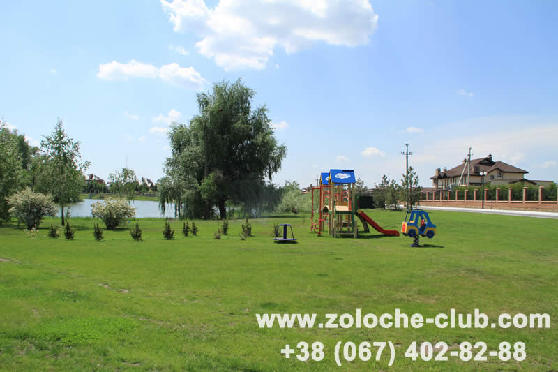 Одна из детских площадок в Золоче