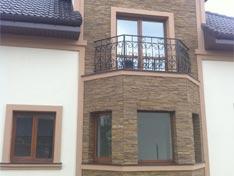 Парадный балкон второго этажа коттеджа Элит Делюкс